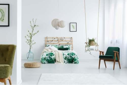 Chambre aux couleurs naturelles avec des tons de vert et beaucoup de végétal