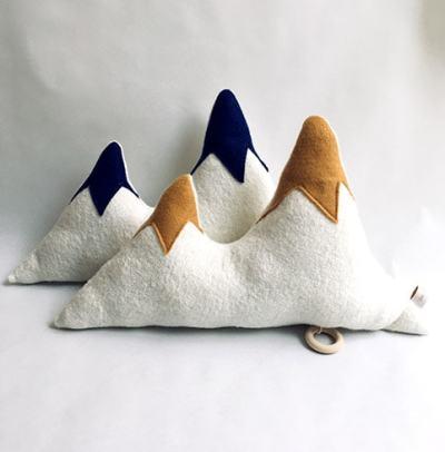 PD-CMM02_petit-daim_coussin-montagne-musical-bleu-jaune-min