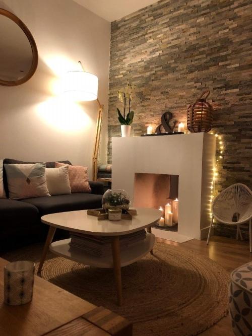 aménagement salon scandinave pour l'hiver avec plein de bougies et de guirlandes