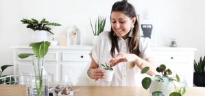 Céline, pro du DIY, en pleine action, créatrice du blog déco IDOITMYSELF