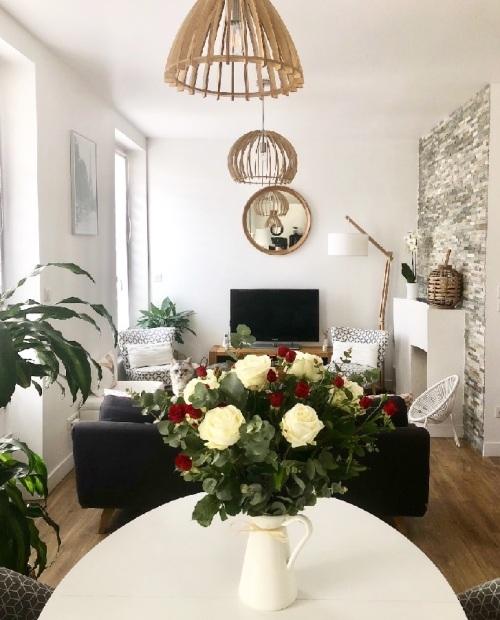 salon salle à manger scandinave fleurs blanches et rouges