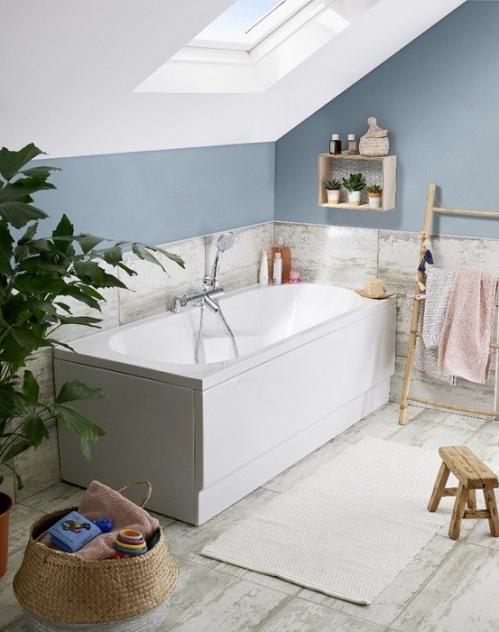 salle de bain zen baignoire sous velux